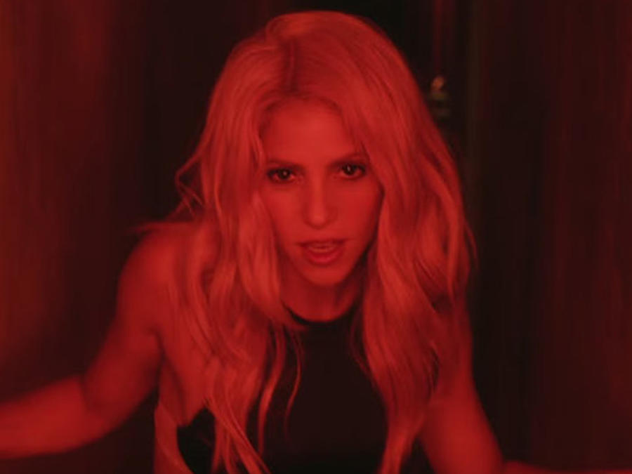 Shakira en el video Chantaje.