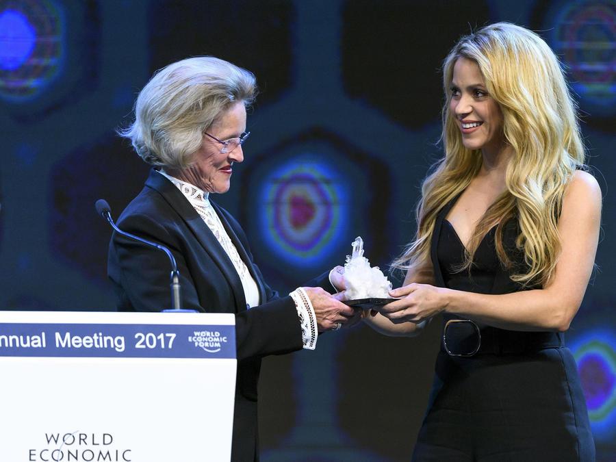 Shakira recibe el Crystal Award en la ceremonia del World Economic Forum