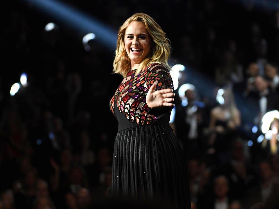 Adele cantando Hello en Grammys 2017