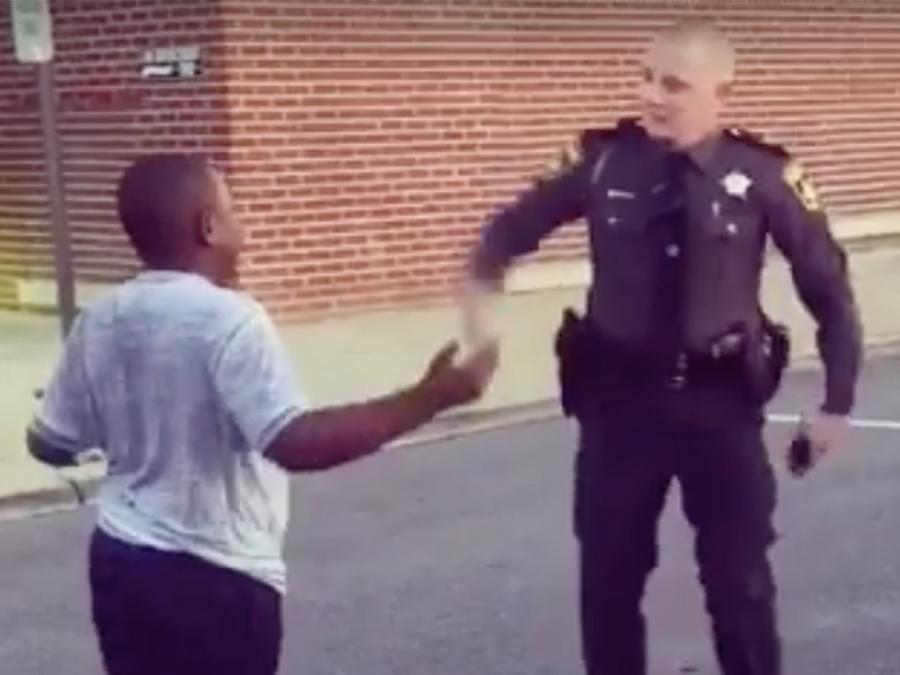Un policía realizó un tierno baile con un niño y el video se volvió viral