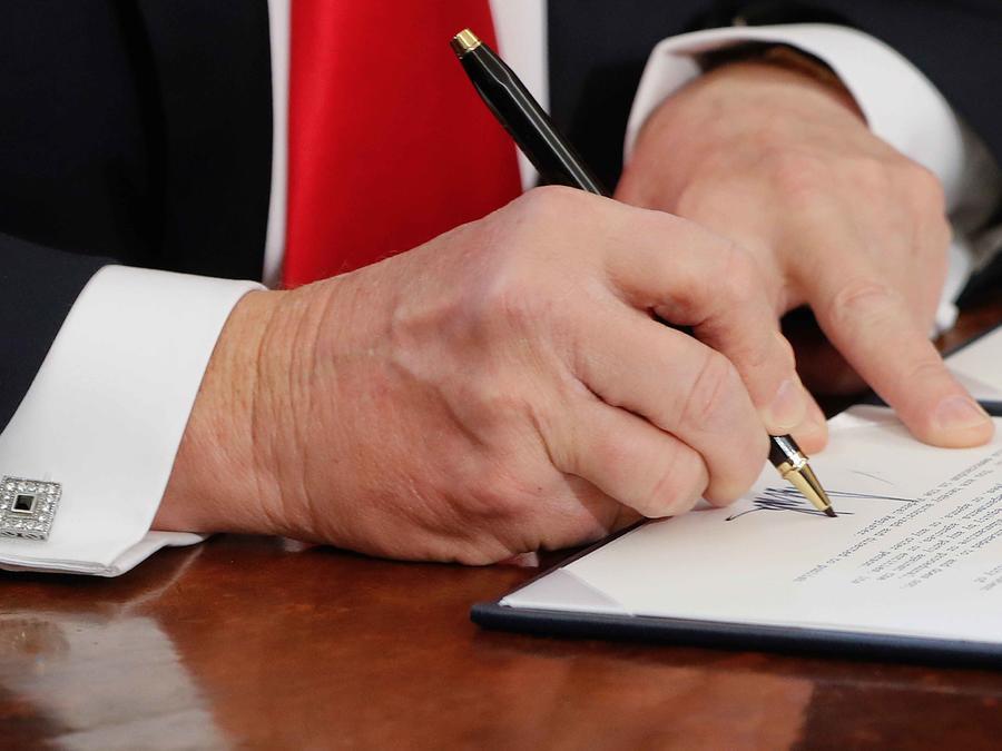 Bolígrafos chapados en oro con los que Trump firma órdenes ejecutivas