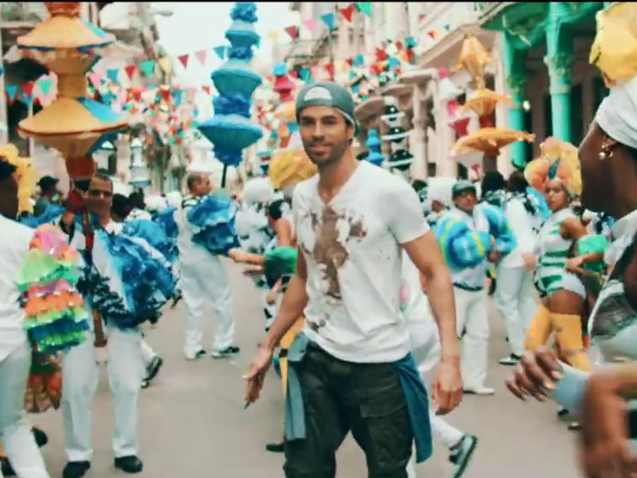 "Enrique Iglesias en el video ""Súbeme la Radio"""