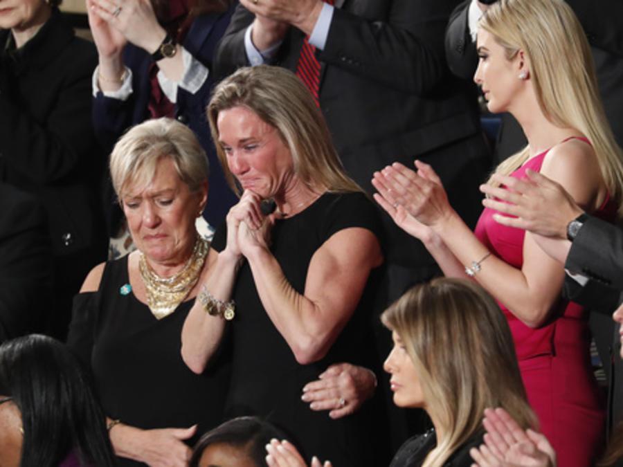 La viuda del primer caído en servicio de la administración Trump se lleva la mayor ovación del congreso