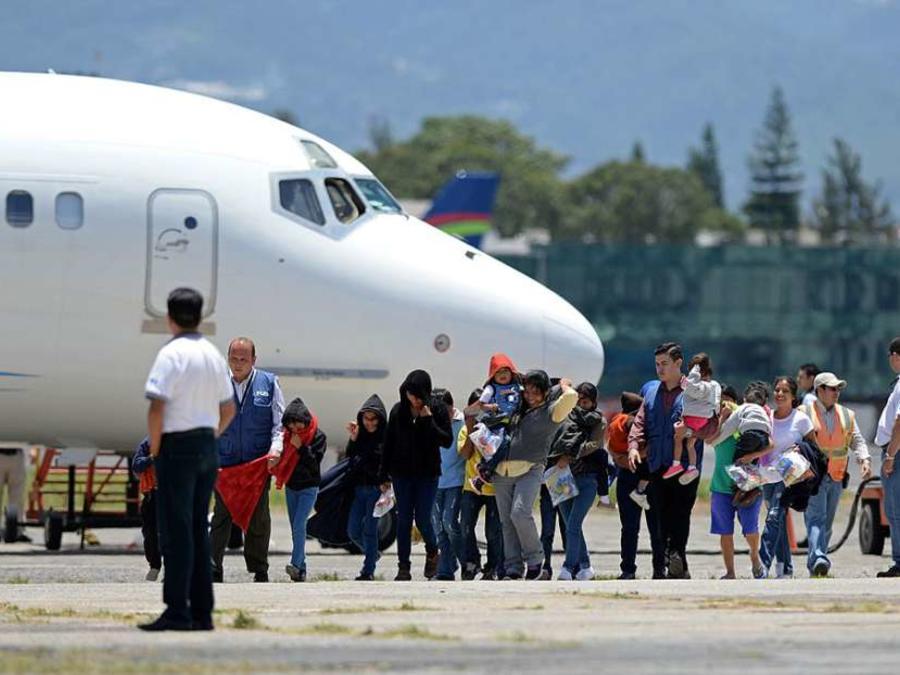 Pasajeros salen de un avión