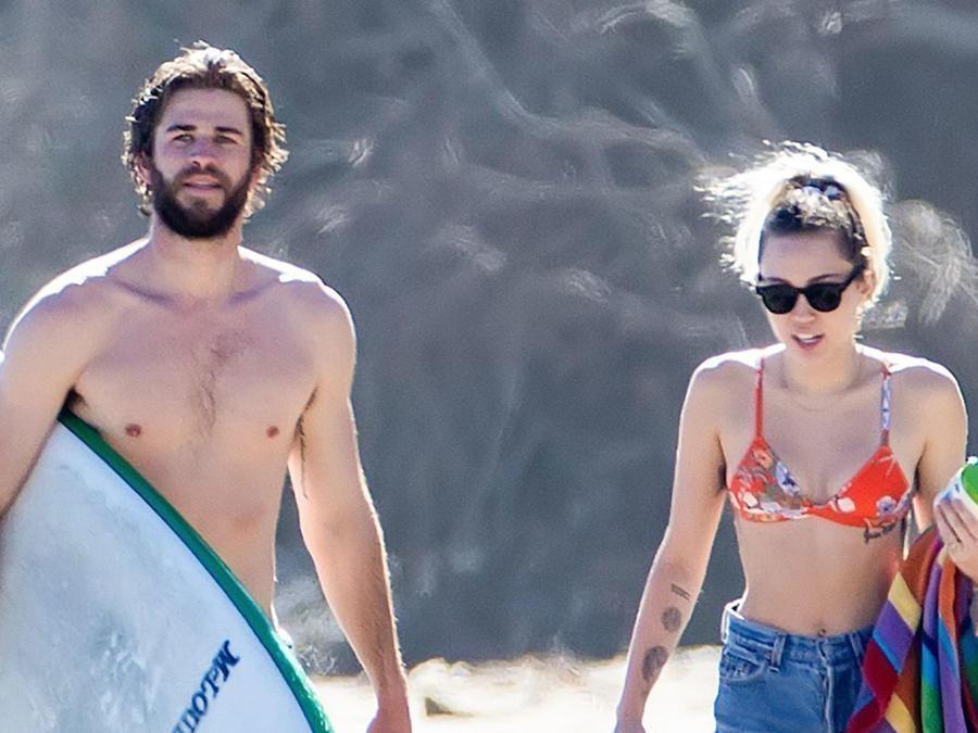 Liam Hemsworth y Miley Cyrus en la playa