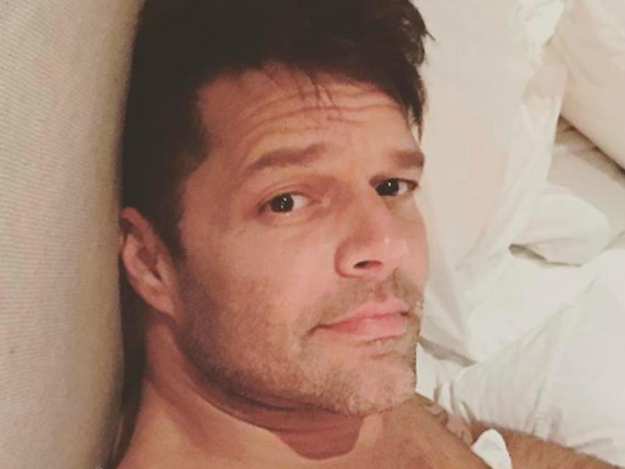 Ricky Martin en la cama