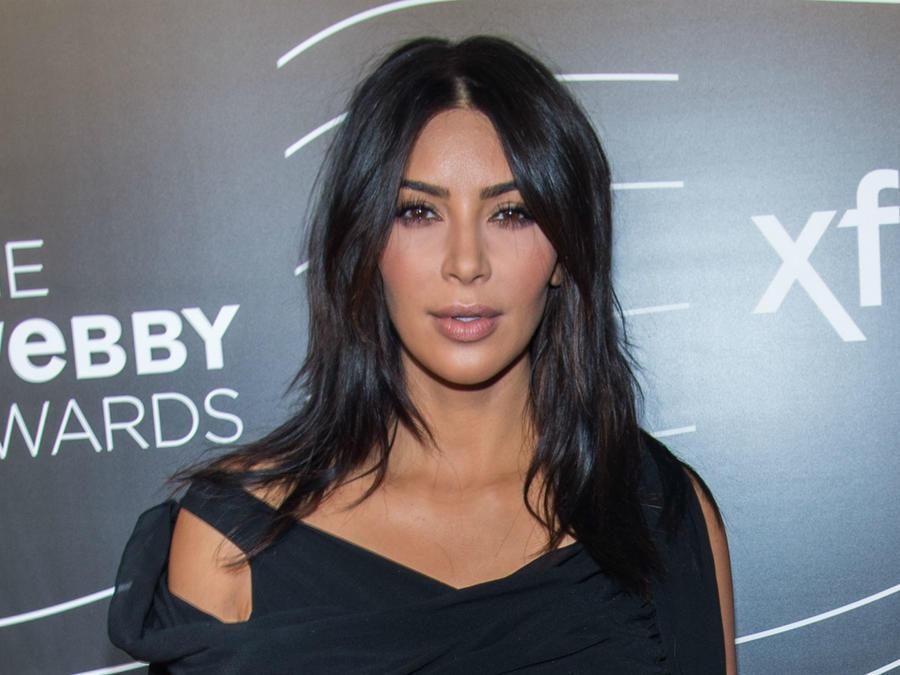 Kim Kardashian mirando de frente