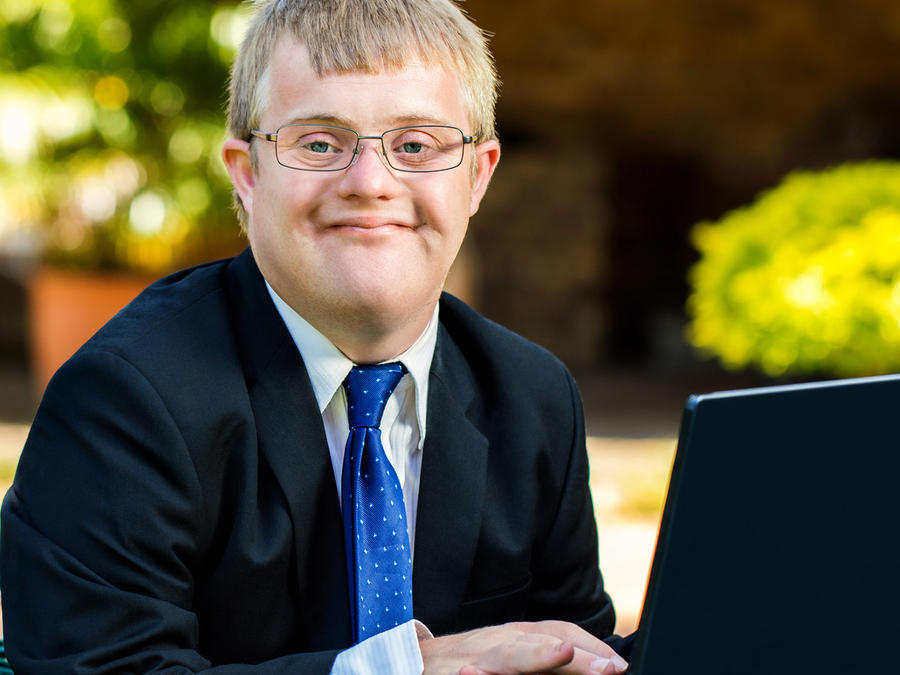 Hombre discapacitado trabaja con laptop