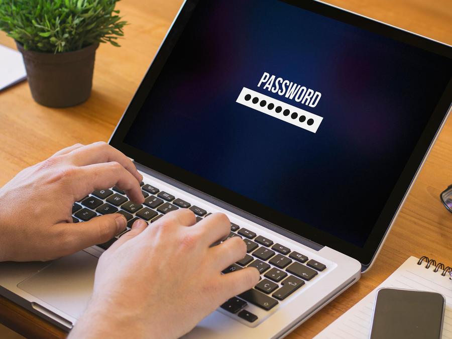 Hombre escribe contraseña online
