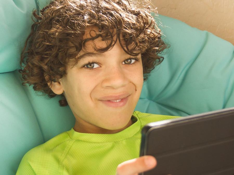 Niño jugando con tableta