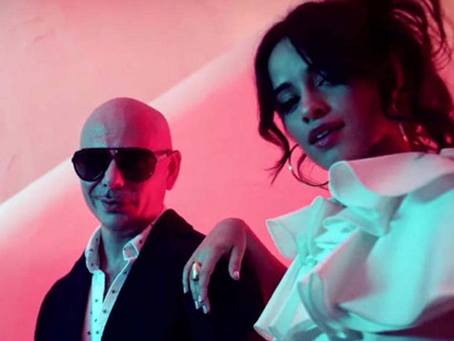 Pitbull & Camila Cabello en el video Hey Ma