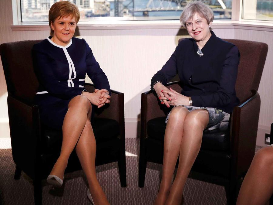 Primera ministra británica, Theresa May, y su homóloga de Escocia, Nicola Sturgeon durante una reunión el lunes