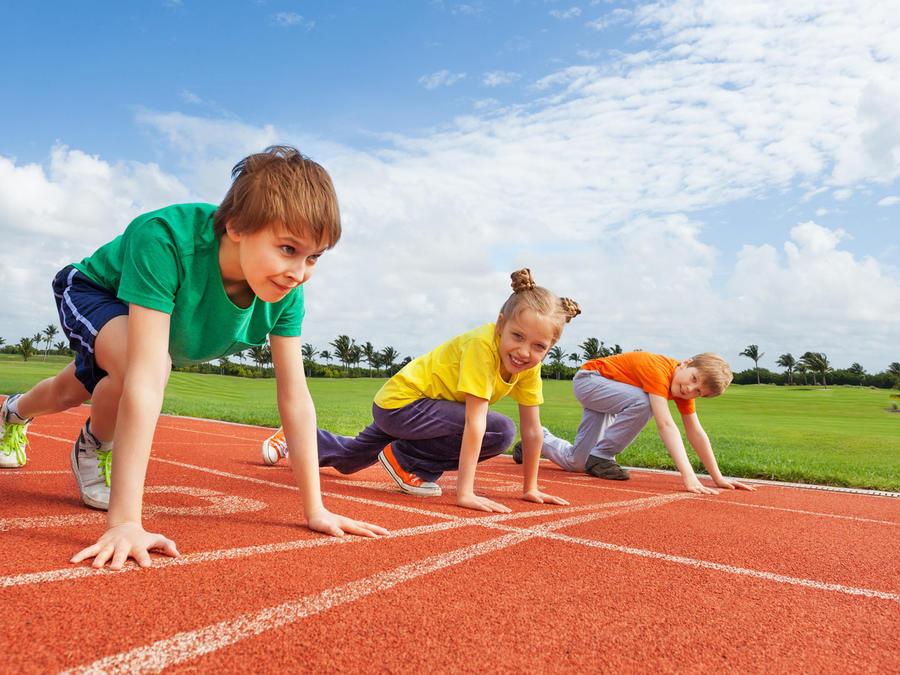 Niños en ropa deportiva por emprender una carrera