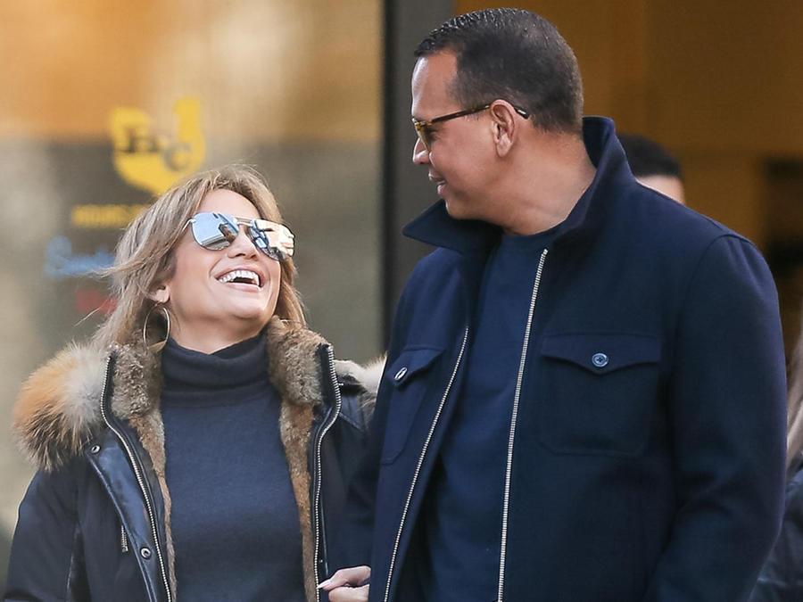 Jennifer Lopez y Alex Rodriguez sonriendo en Nueva York