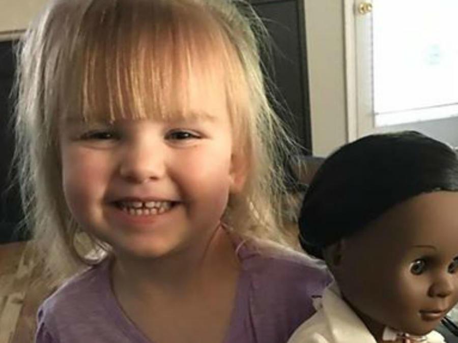 Sophia sosteniendo su muñeca doctora