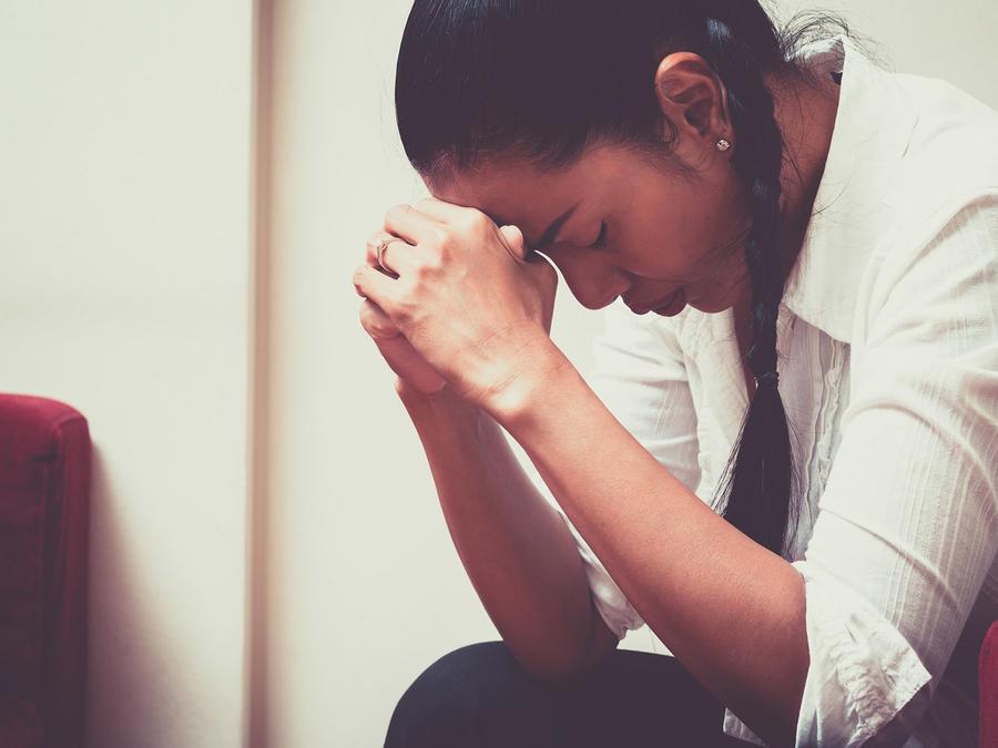 Mujer hispana sentada y deprimida