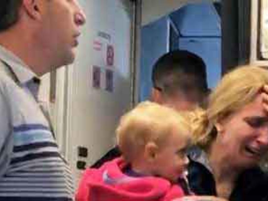 Madre llora desconsolada después de que fuera agredida por un auxiliar de vuelo en United