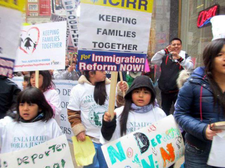 El movimiento pro inmigrante siempre ha luchado por la unidad familiar, pero las deportaciones a menudo requieren que las familias tomen decisiones dificiles sobre el futuro de los más pequeños. (Foto: Archivo)