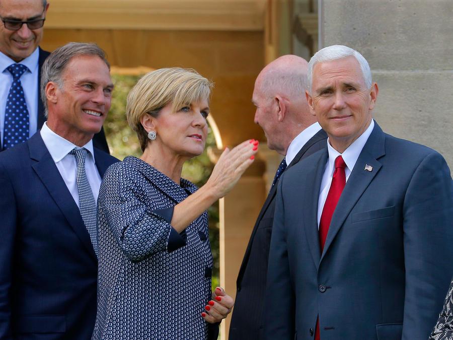 La primer ministro de Australia, Julie Bishop y el vicepresidente, Mike Pence, en Sydney el 22 de abril del 2017.