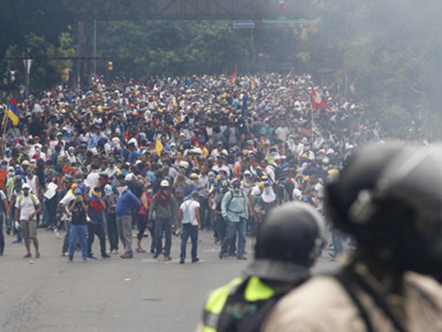 Opositores al presidente Maduro marchan en Caracas en una manifestación celebrado el 20 de abril de 2017.