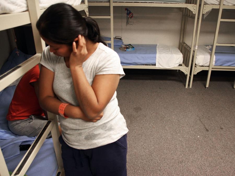 mujer en centro de detencion
