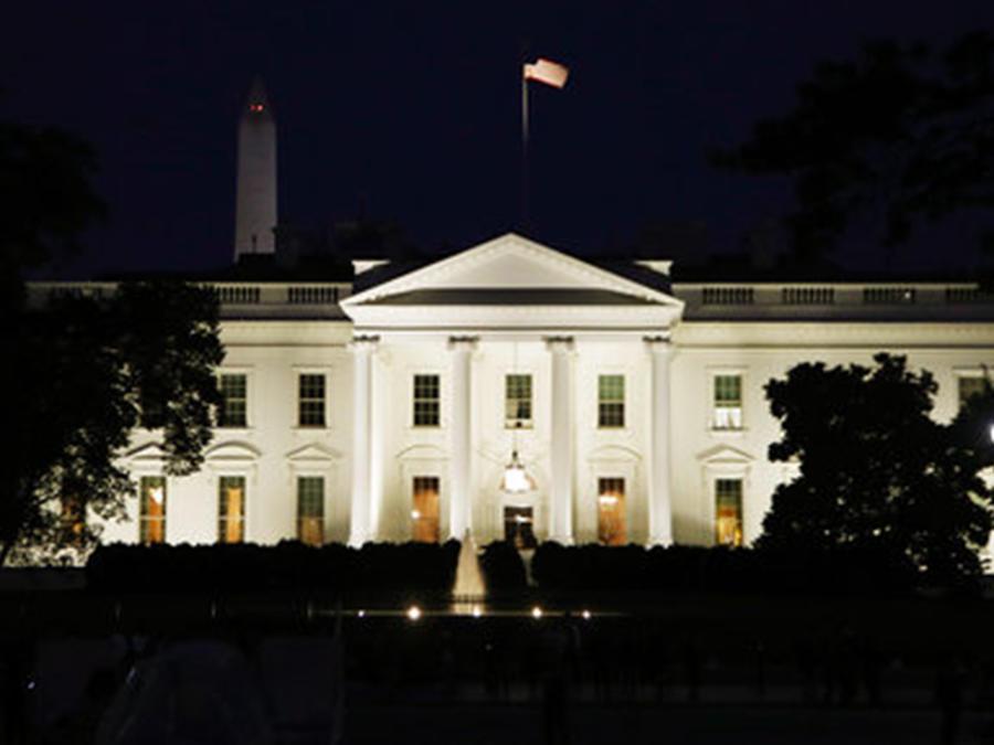 La Casa Blanca iluminada de noche
