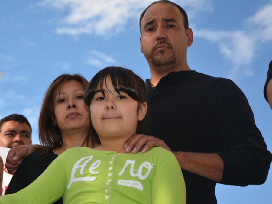 Arturo Hernández y su familia en las gradas de la iglesia 'Unitarian Church' de Denver antes de entrar a buscar refugio en el templo en el 2014