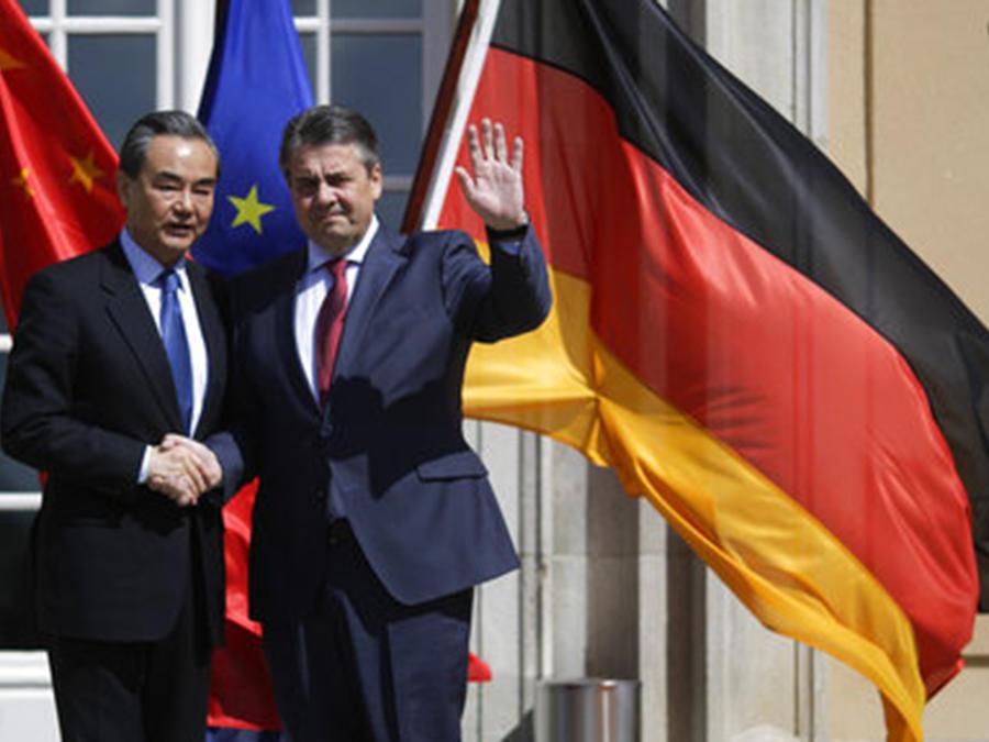 Los ministros de Exteriores chino y alemán, Sigmar Gabriel y Wang Yi, respectivamente, en su encuentro en Berlín.