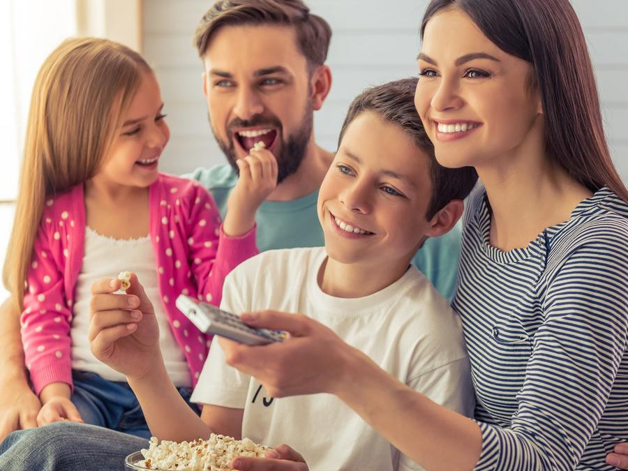 Familia reunida viendo una película