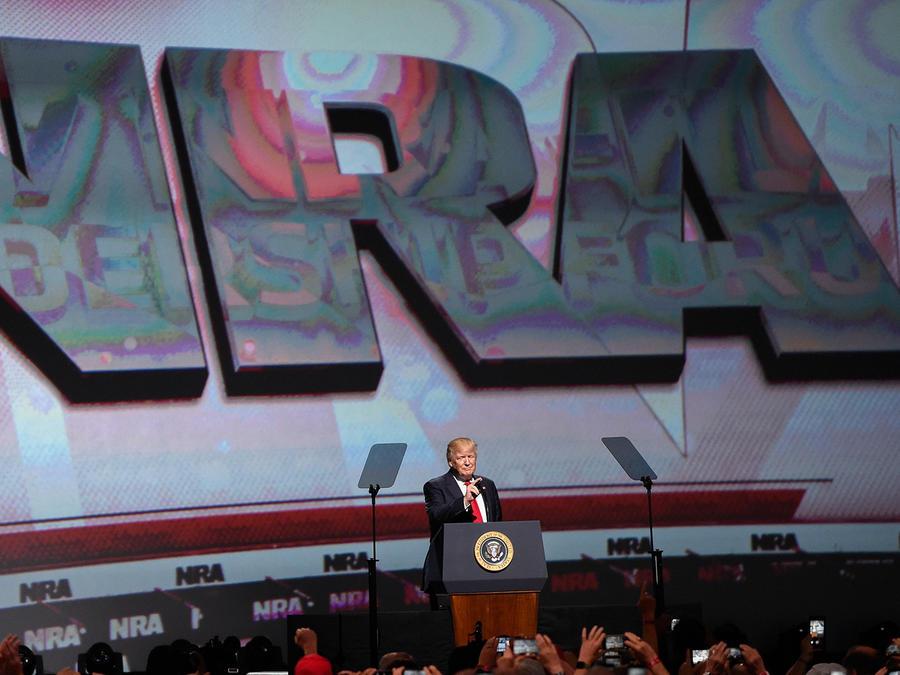 El presidente Donald Trump se dirige a los asistentes a la convención de la Asociación Nacional del Rifle en Atlanta, Georgia el 28 de abril del 2017