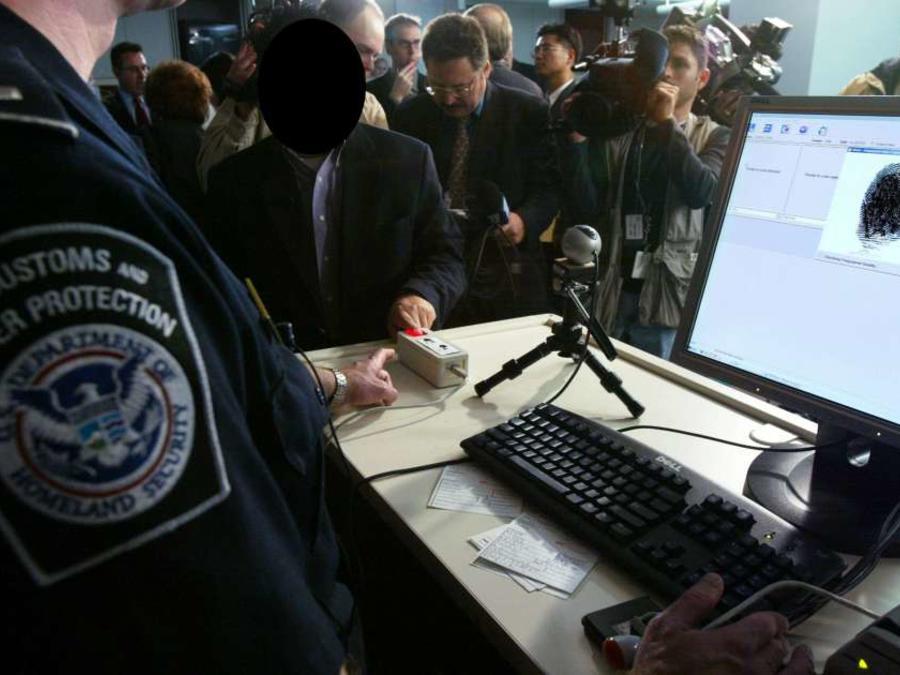 Al menos el 45% de los indocumentados del país entraron con visa.