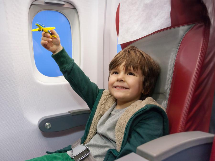 Niño feliz en avión