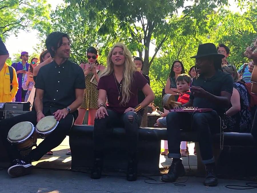 Shakira cantando en un parque en New York 2017