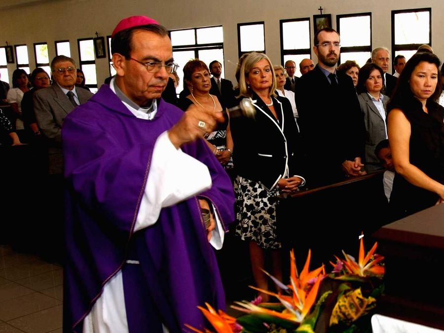 Monseñor Gregorio Rosa Chávez bendice los restos de, Gerardo Le Chevallier, jefe de la Unidad de Asistencia Electoral de las Naciones Unidas en San Salvador, el Lunes 15 de febrero  del 2010