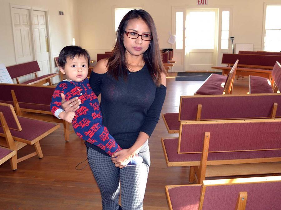 La inmigrante peruana Ingrid Encalada con su hijo Aníbal en la iglesia Mountain View Friends Meeting en Denver el 8 de diciembre del 2016