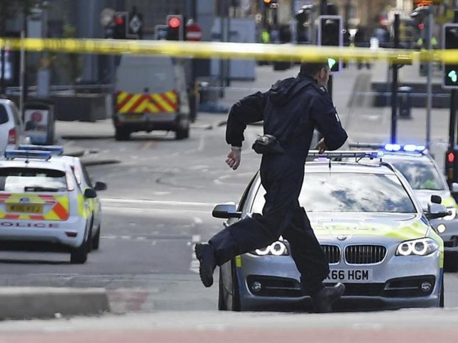 Agentes de policía acordonan el Manchester Arena tras el atentado perpetrado anoche durante un concierto de la cantante estadounidense Ariana Grande.