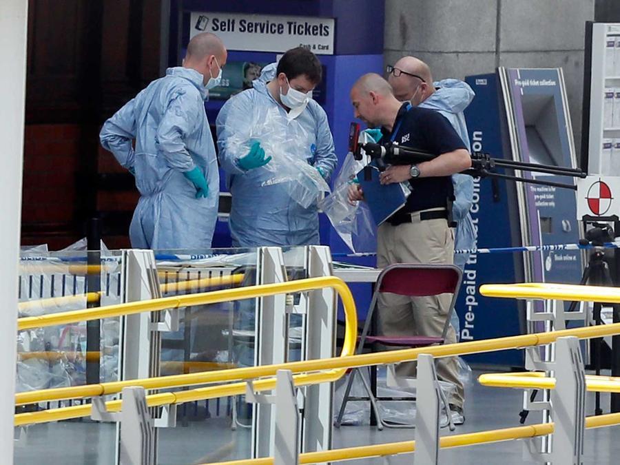 Los oficiales forenses investigan la escena del atentado suicida durante un concierto de Ariana Grande en Manchester ocurrido el Lunes 22 de mayo del 201