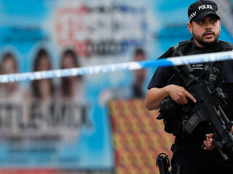 Una policía en las inmediaciones del Manchester Arena donde se produjo atentado que dejó 22 muertos