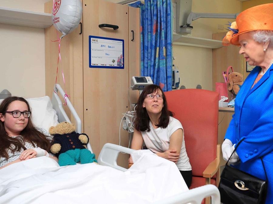 La reina Isabel II con una de las víctimas del atentado en Manchester