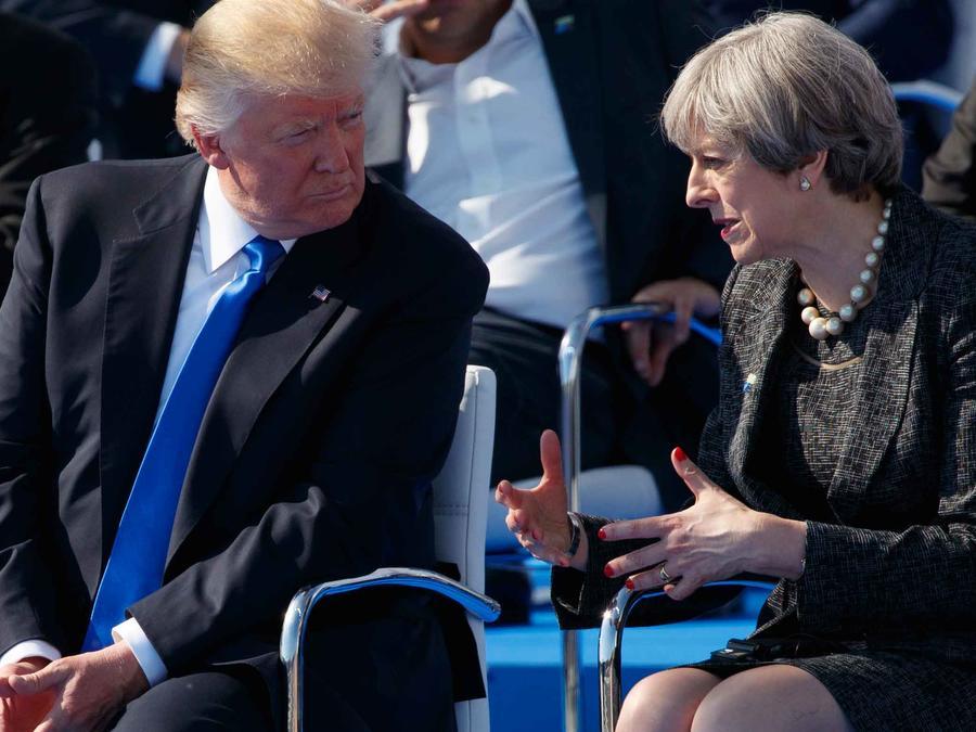 Presidente de EEUU, Donald Trump, conversa en Bruselas con la primea ministra británica, Theresa May