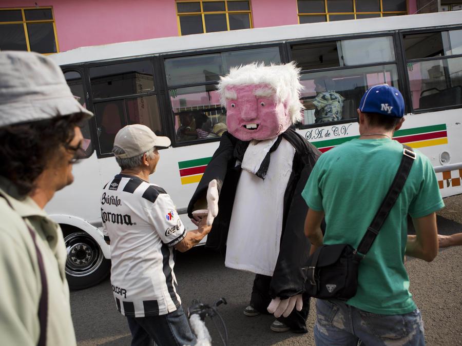 Una persona disfrazada como el candidato a la presidencia de México Andrés Manuel López Obrador da la mano a seguidores tras un acto de campaña en favor de Delfina Gómez, aspirante a gobernadora de Edo. de México