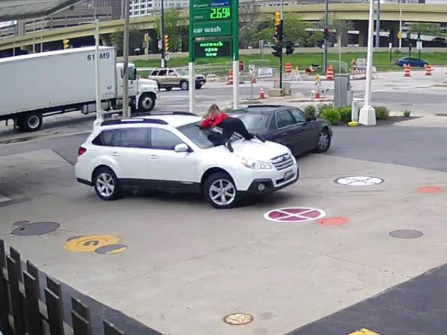 Mujer se aferró al cofre y evitó que le roben el coche