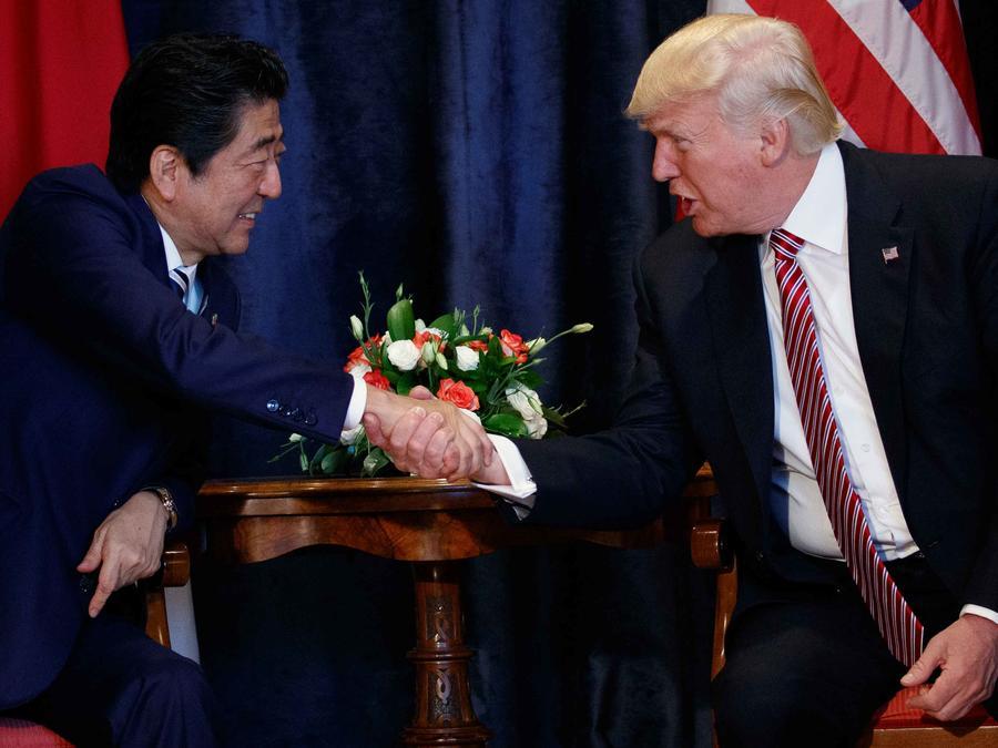 El presidente Trump con su homólogo japonés en el G7