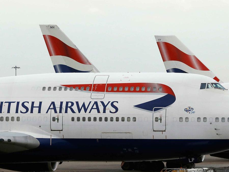Aviones de British Airways parados en la rampa de un aeropuerto
