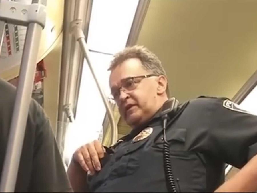 Un agente en el metro de Minnesota en Minneapolis pregunta al inmigrante Ariel Vences-Lopez su estatus migratorio mientras el artista local Ricardo Levins Morales graba la escena