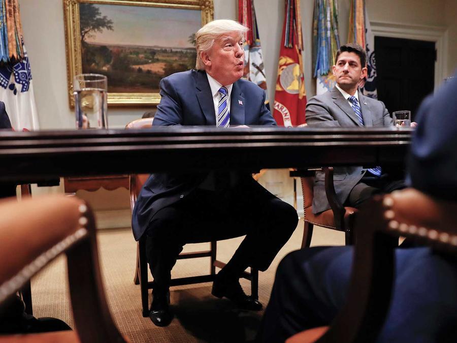 El presidente Donald Trump con el líder de la mayoría en el Senado, Mitch McConnell (izq.) y el presidente de la Cámara de Representantes, Paul Ryan (der.) en la Casa Blanca el martes 6 de junio del 2017