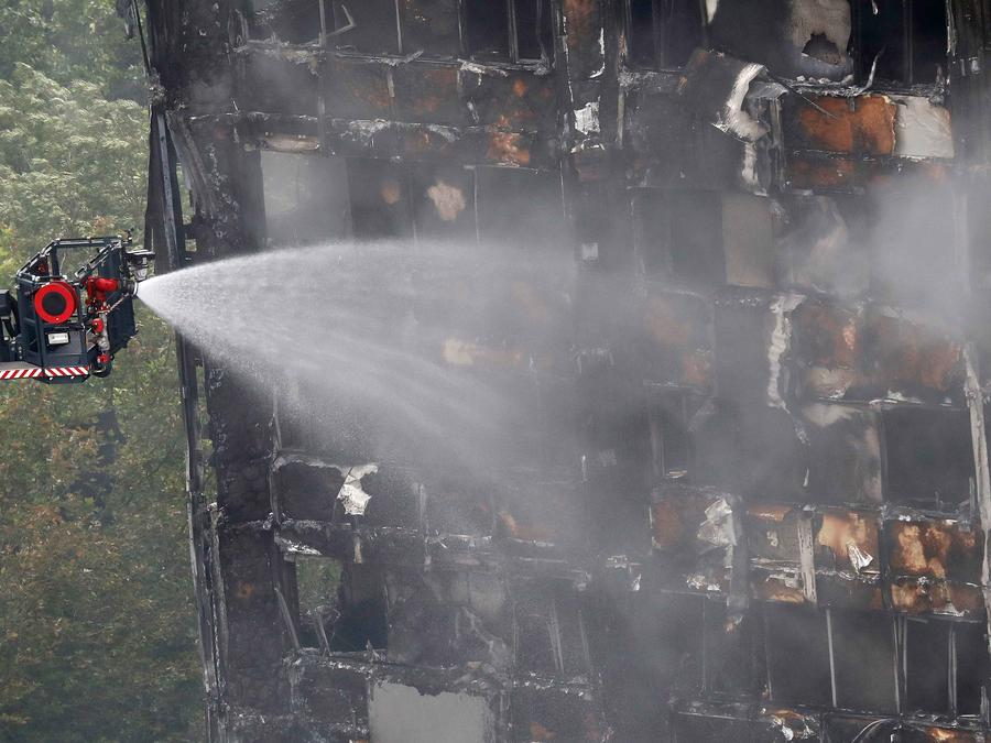 Sofocan fuego en edificio de 27 plantas en Londres