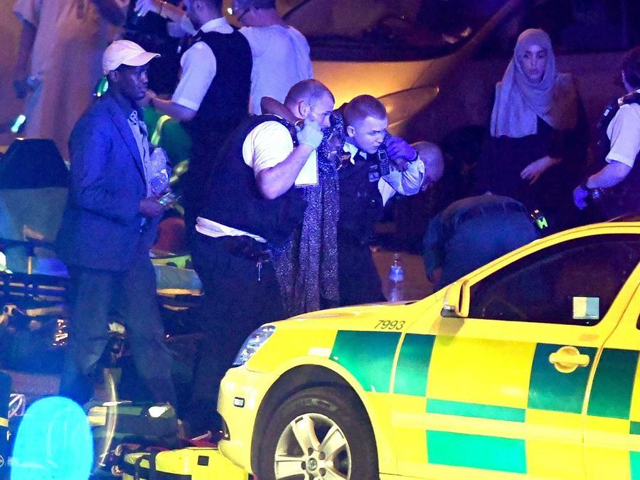 Equipos de emergencia ayudan a los heridos después de que una furgoneta atropellara a un grupo de peatoes al norte de Londres