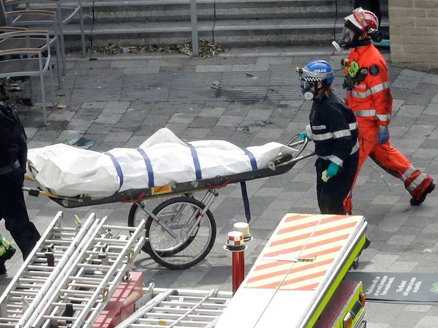 Equipos de emergencia retiran los cuerpos encontrados en la torre Grenfell que se incendió en Londres el jueves 17 de junio del 2017