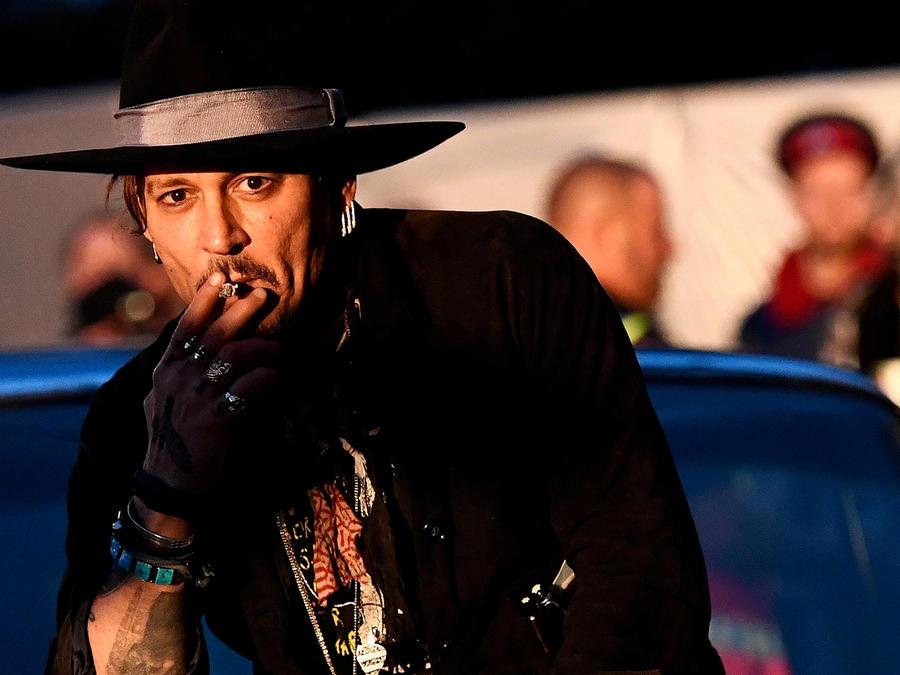 El actor Johnny Depp posa en un cadillac durante el Festival de Glastonbury, Inglaterra, en donde realizó los comentarios sobre Trump.